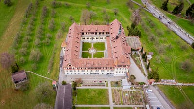 Einst lebten 40 Schwestern hier, heute sind es nur noch sechs: Die 1905 eingeweihte Klosteranlage St.Scholastika in Tübach. (Bild: Urs Bucher)