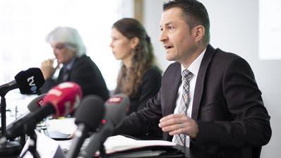 Sie nahmen Stellung zum Fall Ylenia: (v.l.) Christoph Ill, Erster St.Galler Staatsanwalt, Mediensprecherin Beatrice Giger und Stefan Kühne, Leiter der Kriminalpolizei. (Bild: Keystone)