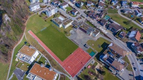 Wieder einmal richten sich in Lütisburg alle Augen auf die Schule. Der neue Schulratspräsident wird unter anderem mit der Entwicklung des Schulareals Neudorf beschäftigt sein. (Bild: Marin Lendi)