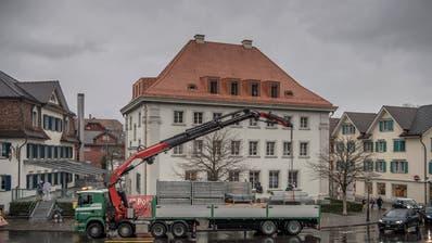 Das abgebaute Gerüst wird zum Abtransport aufgeladen. (Bild: Pius Amrein, Stans,7. März 2019.)
