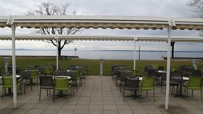Die Stühle sind bereit, das Wetter spielt auch bald mit: Am See kann der Frühling beginnen. (Bild: mac)