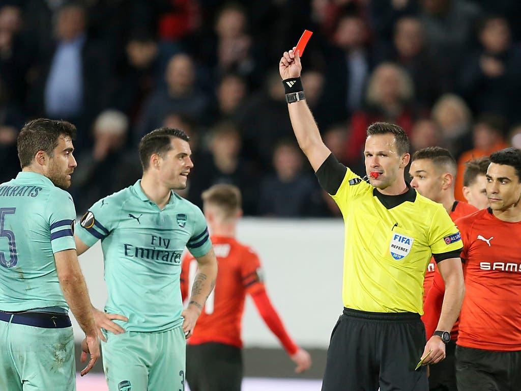Die vorentscheidende Szene der Partie: Schiedsrichter Ivan Kruzliak stellt Arsenals Verteidiger Sokratis (Nr. 5) gegen Rennes vom Platz (Bild: KEYSTONE/AP/DAVID VINCENT)