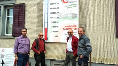 Maurizio Colella, Peter Büchel, Daniele Cazzato und Beat Curau-Aeppli vor dem Spendenbarometer vor dem Stiftungshaus. (Bild: Janine Bollhalder)