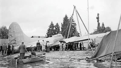 Nach der Bergung wurde der Bomber an Land gezogen. (Bilder: Keystone/photopress-archiv/Jules Vogt)