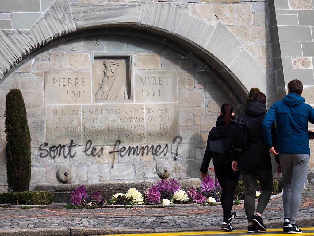 Wo sind die Frauen? Das besprayte Denkmal für Pierre Viret in Lausanne am Weltfrauentag. (Bild: KEYSTONE/LAURENT GILLIERON)