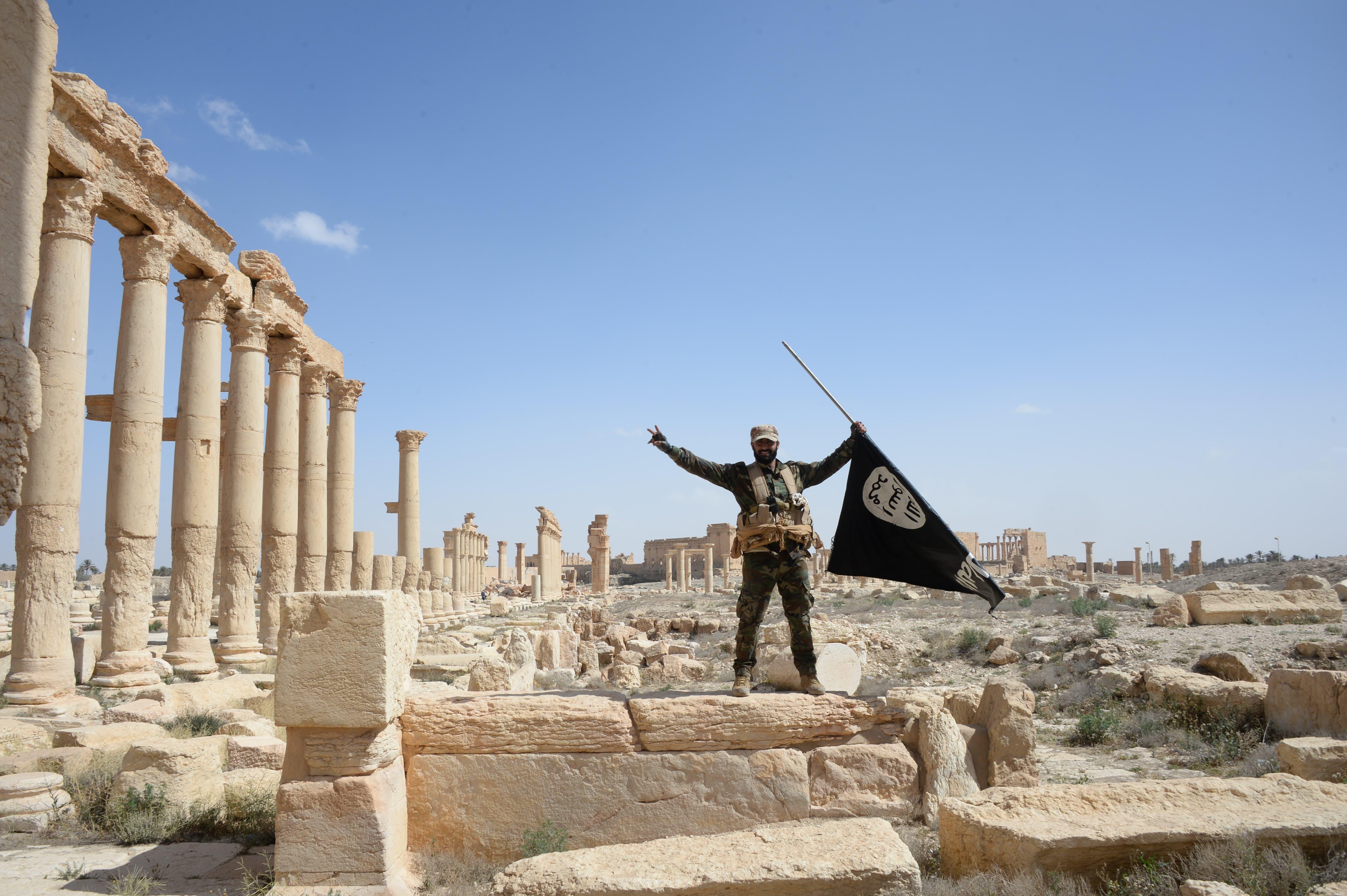 ... im gleichen Jahr eroberten Dschihadisten die syrische Wüstenstadt Palmyra und zerstören wertvolle archäologische Schätze. Angriffe wie diese auf das Kulturerbe nehmen zu, warnt der Bundesrat. Er hat heute eine Strategie zum Schutz des gefährdeten Kulturerbes verabschiedet. (Bild: Key, Mikhail Voskresenskiy (Palmyra, 27. März 2016))
