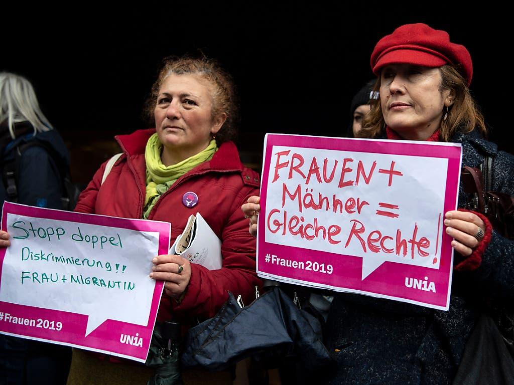 Zwei Teilnehmerinnen der Kundgebung gegen Diskriminierung von Frauen in Bern. (Bild: KEYSTONE/PETER SCHNEIDER)