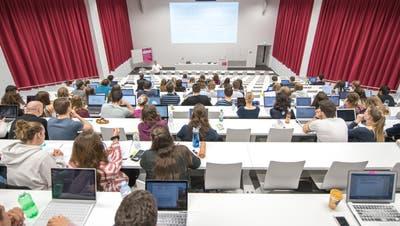 Symbolfotografie in der Uni LuzernIm Bild ist eine Vorlesung von Prof. Dr. Lorenz Droese zur Thematik Juristische Methodik.(foto: roger gruetter)