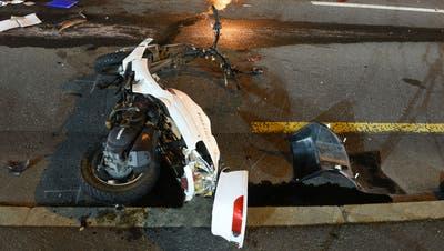 Das demolierte Motorrad der verletzten Fahrerin. (Bild: Luzerner Polizei, 7. März 2019)