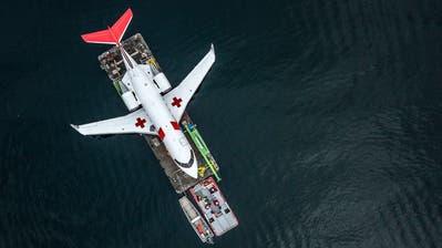 DerAmbulanz-Jet Challenger 604 auf seiner letzten Reise über den Vierwaldstättersee. (Bild: Pius Amrein, 8. März)