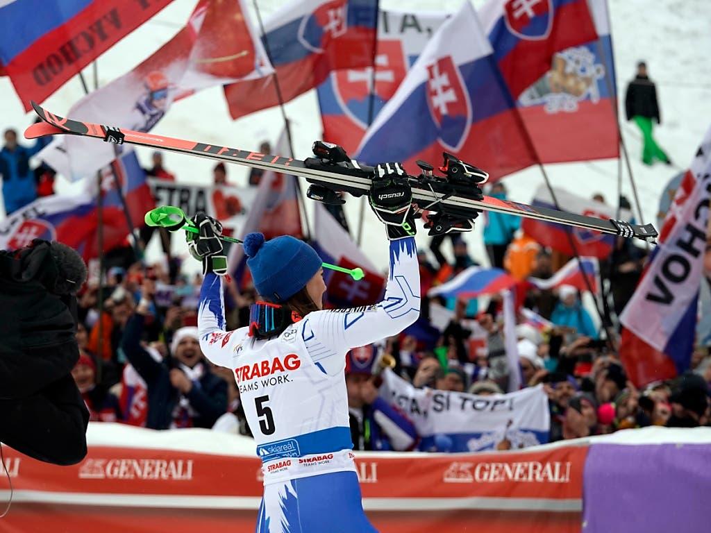 Petra Vlhova wird von ihren Fans gefeiert (Bild: KEYSTONE/AP/GIOVANNI AULETTA)