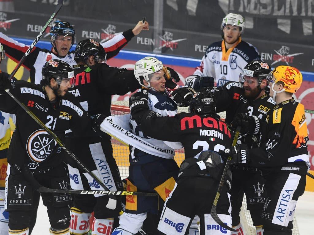 In der laufenden Saison gab es bereits hitzige Duelle zwischen Zug und Lugano. Nun folgt eine Neuauflage in den Playoff-Vierteltfinals (Bild: KEYSTONE/TI-PRESS/ALESSANDRO CRINARI)