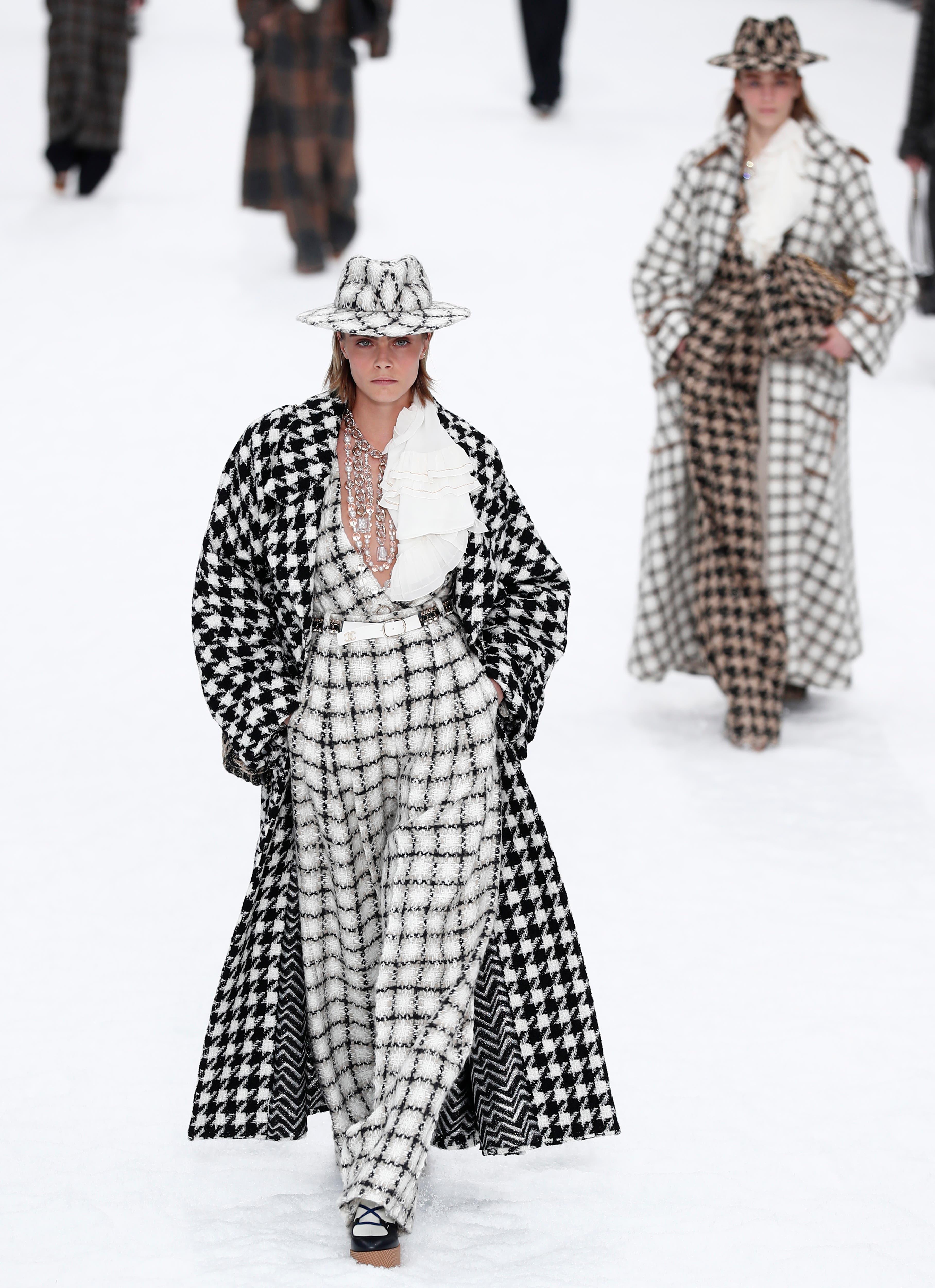 Karl Lagerfelds letzte Chanel-Kollektion:  XL-Mantel in riesigem Hahnentritt-Muster, präsentiert von Model Cara Delevingne. (Bilder: EPA, Getty, AP)