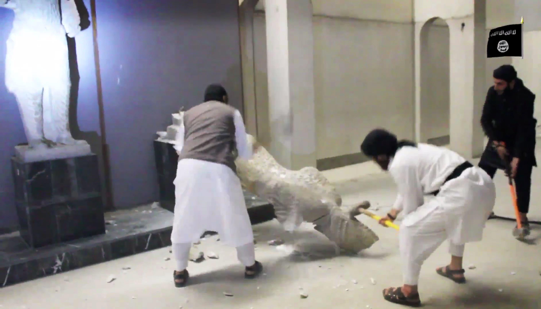 Mit brachialer Gewalt zerstörten IS-Milizen im Februar 2015 Skulpturen in einem Museum in der irakischen Stadt Mosul... (Bild: AP Photo (Mosul, 26. Februar 2015))