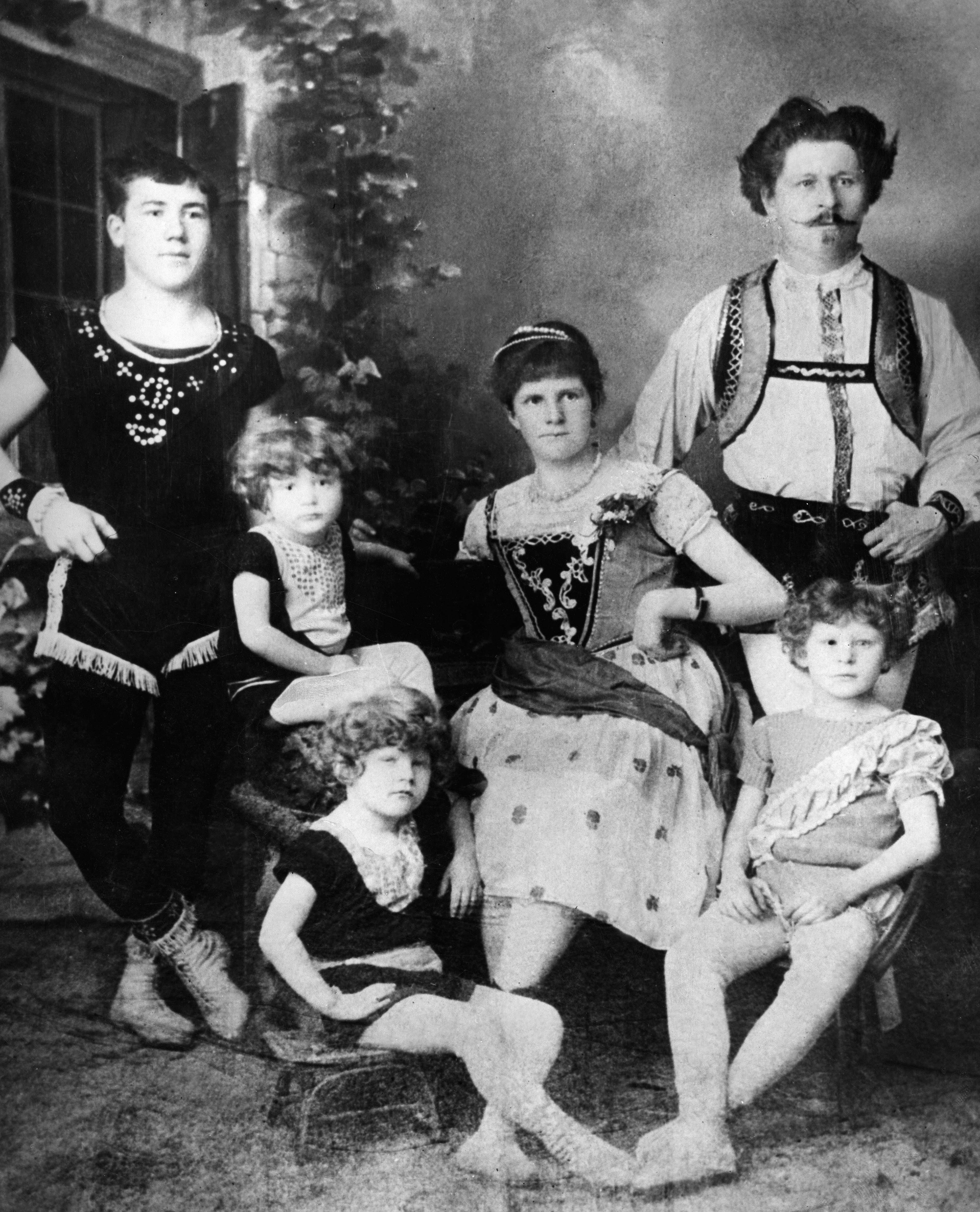 Um 1900: Mitglieder der Familie Knie des Circus Knie in einer historischen Aufnahme. (Bild: ullstein/Getty)