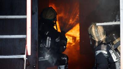 Ursprünglich hat der Mann angefangen Feuer zu legen, um mehr mit seinen Feuerwehrkollegen zusammen zu sein. Insgesamt gehen 27 Brände auf sein Konto. (Symbolbild: Salvatore Di Nolfi/Keystone)