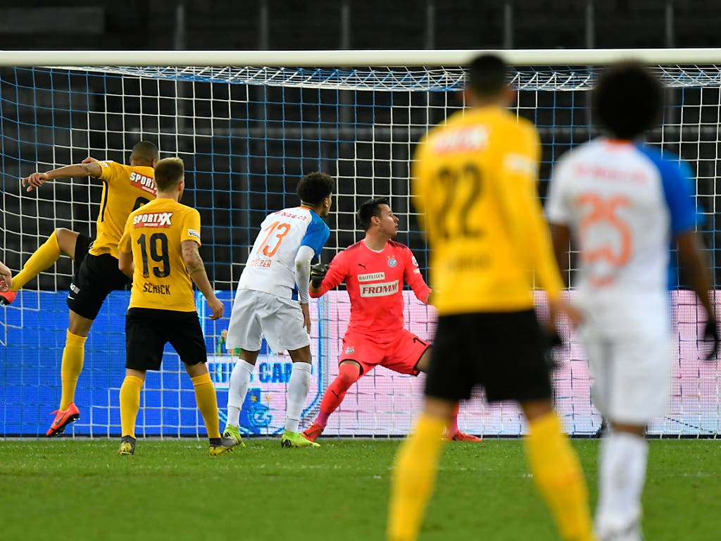 Die Entscheidung im Zürcher Letzigrund: Djibril Sow erzielt in der 95. Minute per Kopf das 1:0 für die Young Boys gegen GC (Bild: KEYSTONE/WALTER BIERI)