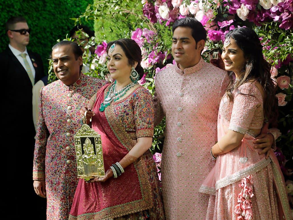Die reichste indische Familie: Unternehmer Mukesh Ambani, seine Frau Nita, Sohn und Bräutigam Akash sowie dessen Schwester Isha bei der Ankunft zum Hochzeitsfest in Mumbai. (Bild: KEYSTONE/AP/RAJANISH KAKADE)