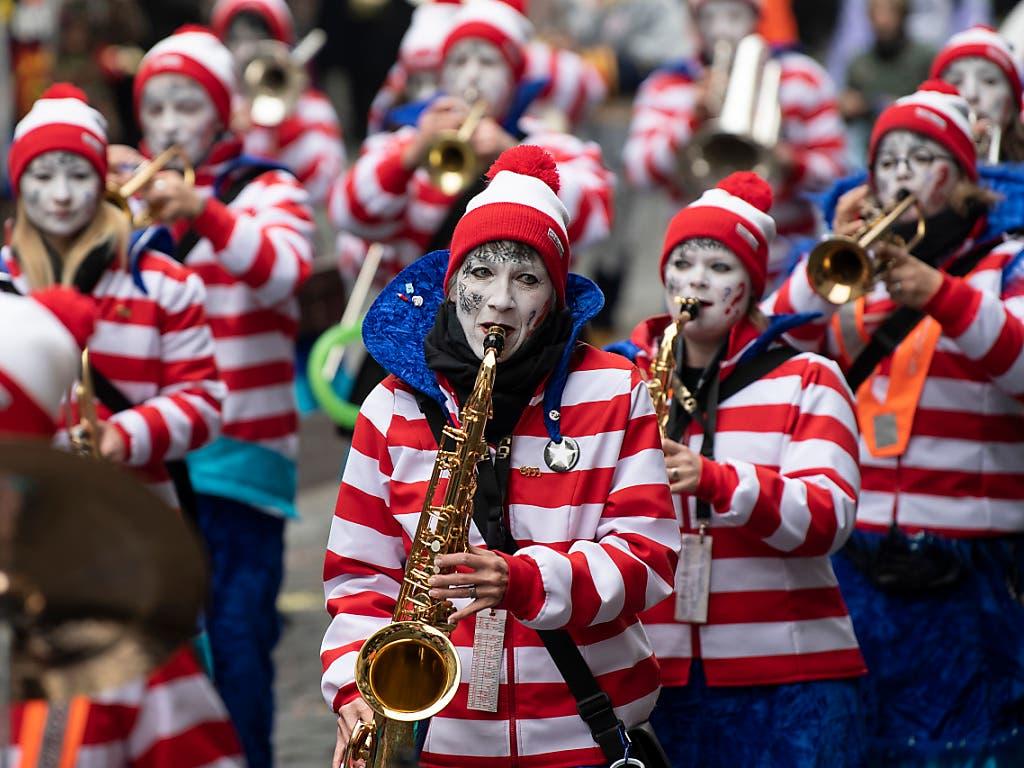 Die Guggenmusiken vereinten sich am Schluss zu einem Monsterkonzert auf dem Bundesplatz. (Bild: Keystone/Peter Schneider)