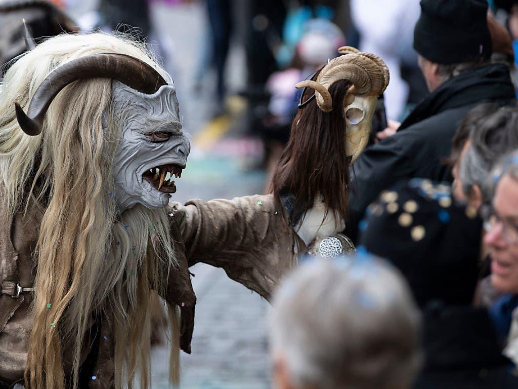 Nebst den Guggenmusiken machten auch Kostümgruppen am Berner Fasnachtsumzug mit. (KEYSTONE/Peter Schneider) (Bild: Keystone/Peter Schneider)