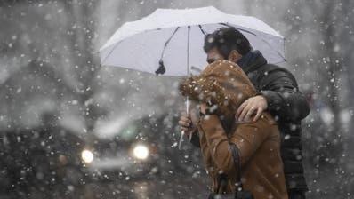 Winterjacke und Schirm sind am Donnerstag gefragt. (Bild: Ennio Leanza/Keystone, 11. März 2019)
