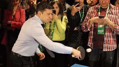 Wladimir Selenski feierte seinen Sieg gestern mit einem Ping-Pong-Turnier. Bild: Getty (Kiew, 31. März 2019)