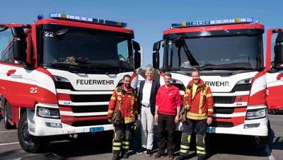 Die neuen Fahrzeuge mit Stadtpräsident Anders Stokholm und Feuerwehrkommandant Fabrizio Hugentobler (Mitte). (Bild: Andreas Taverner)