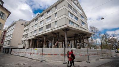 Bis Ende Juli sollen das Fundament, das Erdgeschoss und das Zwischengeschoss wieder eingebaut sein. (Bild: Benjamin Manser)