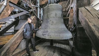 Loris Fabrizio Mainardi neben der 5 Tonnen schweren Theodulsglocke im Südturm der Hofkirche Luzern. (Bild: Philipp Schmidli, Luzern, 9. April 2019)
