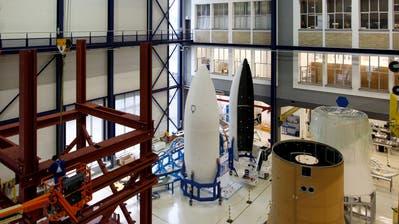 In Emmen gefertigte Raketenverschalungenvon Ruag lagern in einer Halle in Zürich(Bild:Alessandro Della Bella / Keystone)
