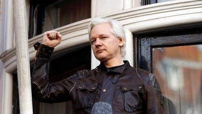 Mittlerweile Aus der Botschaft abgeführt: Julian Assange bei einem Auftritt auf dem Balkon der Niederlassung Ecuadors in London. (Bild: KEYSTONE/AP/FRANK AUGSTEIN)