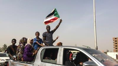 Demonstranten feiern den Abgang des PräsidentenOmar al-Baschir. Dieser wurde am Donnerstag festgenommen.(Bild: AP Photo, Sudan, 11. April 2019)