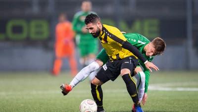 Kein Vorbeikommen:Red-Star-Verteidiger Benziar Salim schirmt den Ball gegen St.Gallens Christian Witzig ab. Bild: Urs Bucher