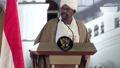 Der sudanesische Präsident Omar al-Bashir, hier zu sehen bei einer Rede im Februar, ist gemäss Berichten eines sudanesischen Senders zurück getreten. (Bild ab Video:Keystone, Khartum, 22. Februar 2019)