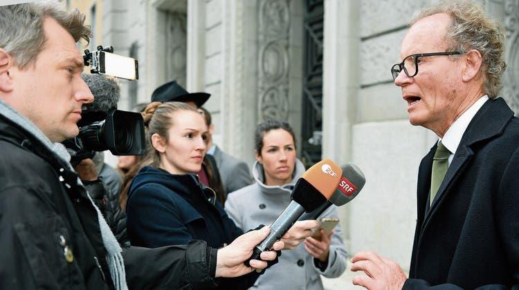 Der deutsche Anwalt Eckart Seith, Beschuldigter im «Cum-Ex»-Steuerprozess, beantwortet Fragen nach der  Urteilsverkündigung vor dem Zürcher Bezirksgericht gestern. Bild: Walter Bieri/Keystone (11. April 2019)
