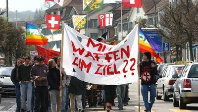 16 Jahre her, aber das Thema Waffen bleibt aktuell: Der Ostermarsch 2003 auf der Kreuzlinger Hauptstrasse. (Bild: Susann Basler - 19.4.2003)
