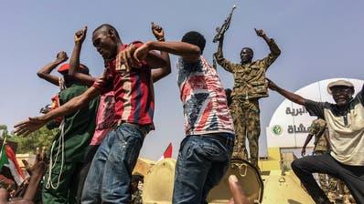 Feiernde Sudanesen, nachdem bekannt wurde, dass das Militär den Präsidenten Omar al-Bashir entmachtet hat. (Bild: AP (Khartum, 11. April 2019))