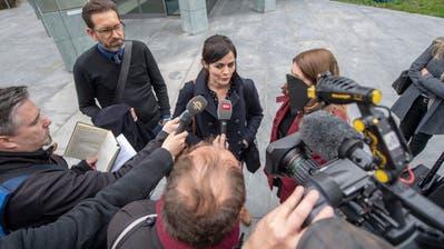 Jolanda Spiess-Hegglin beantwortet nach dem Prozess in Zug Medienfragen. (Bild: Urs Flüeler / Keystone, Zug, 10. April 2019)