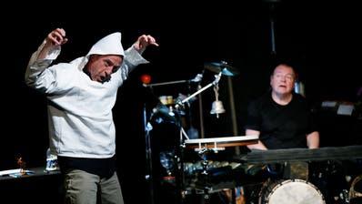 Walter Sigi Arnold und Beat Föllmi (von links) sorgen für Lacher und regen zum Nachdenken an. (Bild: Stefan Kaiser, Zug, 10. April 2019)