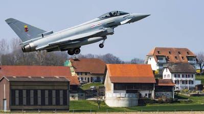 Kampfjet, Käppis und Gummibärchen – so erlebten die Fans die Vorstellung des Eurofighters