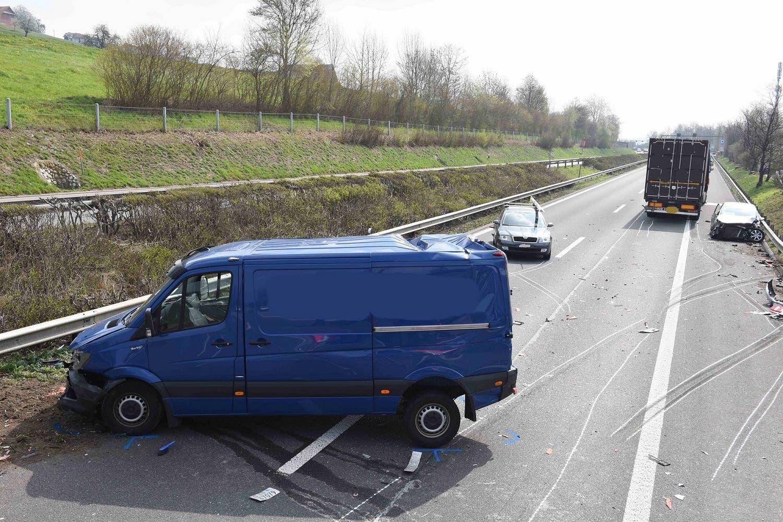 Sieben Personen haben sich beim Unfall verletzt, eine davon schwer. (Bild: Luzerner Polizei, 12. April 2019)