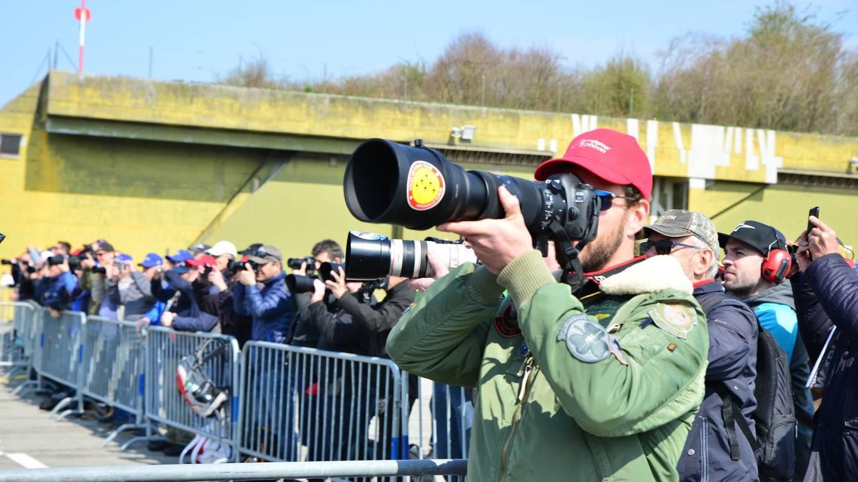 Rund 600 Planespotter sind zur Vorstellung des Eurofighters nach Payerne gekommen. (Bild: Samuel Schumacher)