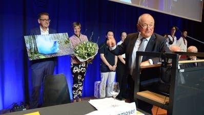 Das Direktionsehepaar Christian und Damaris Lienhard wird von Verwaltungsratspräsident Sepp Breitenmoser für sein 25-jähriges Engagement geehrt. Bild: Karin Erni
