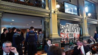 Wie kam das Transparent in den Saal? Die Demonstration am 18. Februar im St.Galler Kantonsrat. (Bild: Regina Kühne)