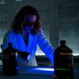 Die Polizei soll zu Fahndungszwecken mehr Kompetenzen bei DNA-Analysen erhalten. Bild: Jean-Christophe Bott/Keystone  (Fribourg, 8. Oktober 2014)