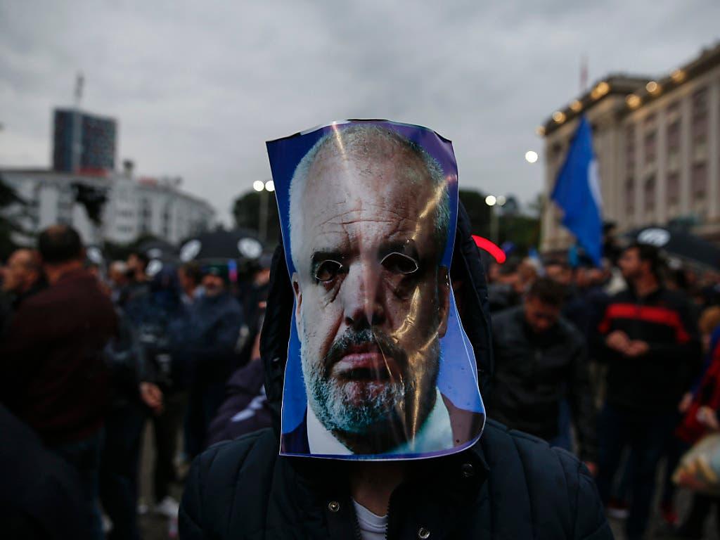 Gegen Ministerpräsident Edi Rama gibt es bereits seit zwei Monaten regelmässig Demonstrationen in Albanien. (Bild: KEYSTONE/AP/VISAR KRYEZIU)