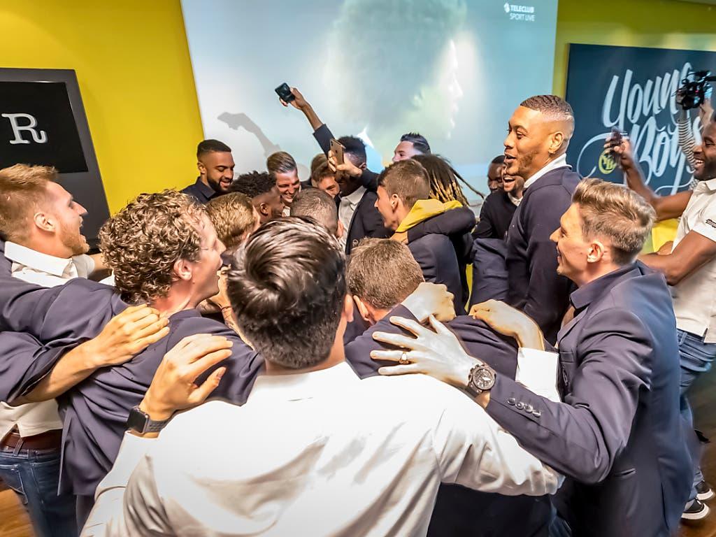 Der Kreis der YB-Spieler: Am Samstag spielten sie nicht, aber sie kamen zusammen, um den Moment der Meisterschaftsentscheidung zu geniessen (Bild: KEYSTONE/BSC YOUNG BOYS/THOMAS HODEL)