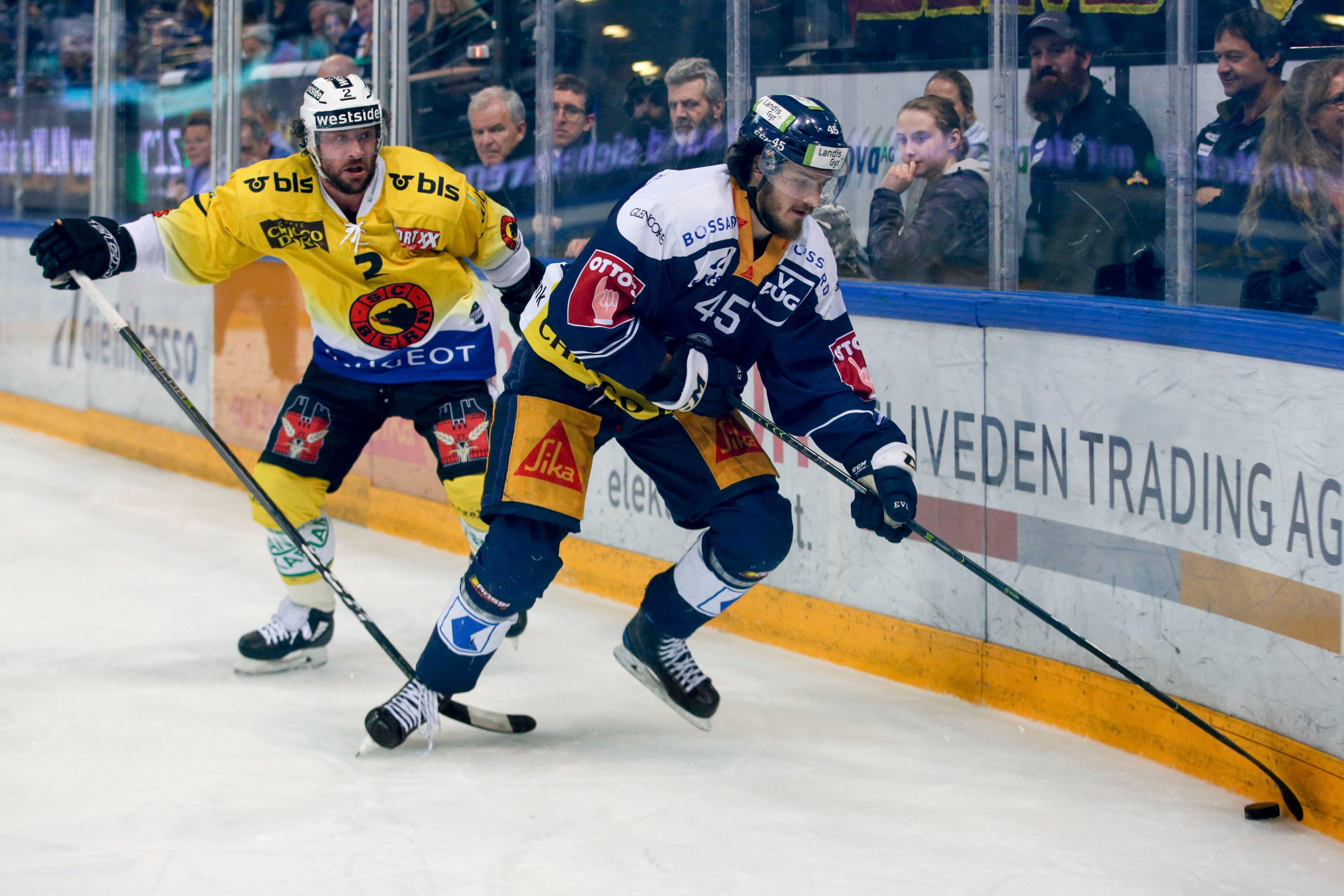 13.04.2019; Zug; Eishockey National League Playoff Final- EV Zug - SC Bern; Beat Gerber (Bern) gegen Dennis Everberg (Zug) (Marc Schumacher/freshfocus)