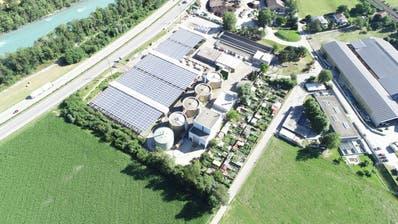 Blick von oben auf die Solarfaltdächer der Kläranlage Chur. (Bild: dhp technology AG)