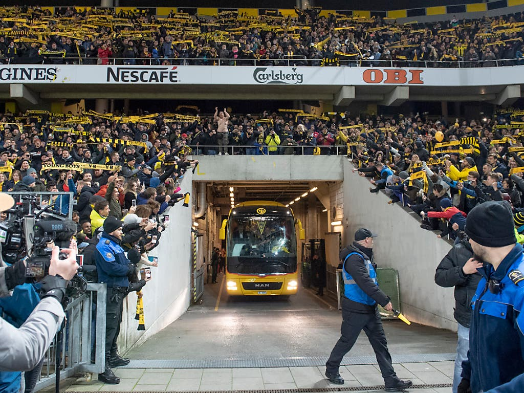 Die YB-Spieler treffen mit dem Teambus im Stade de Suisse in Bern ein. (Bild: KEYSTONE/MARCEL BIERI)